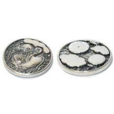 Серебряная монета с метриками Аист с девочкой