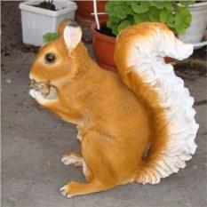 Декоративная садовая фигура Белка с желудем
