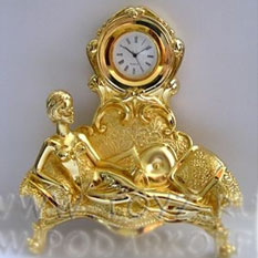 Часы «Девушка на диване»