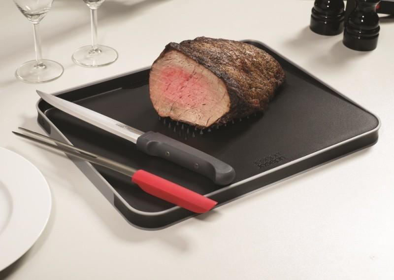Набор для разделывания мяса из доски и ножей.
