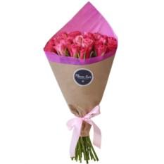 Букет из 25 роз цвета вишня 40 см в крафте