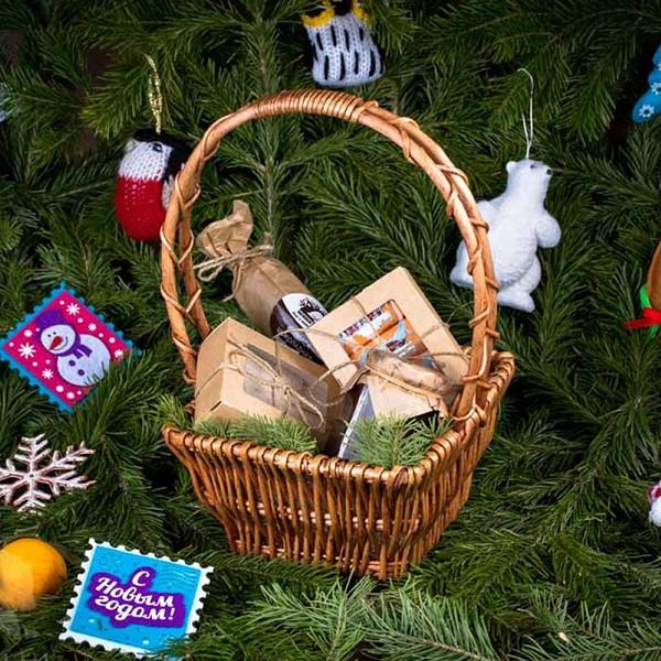 Новогодняя подарочная корзина «Сладкоежка»