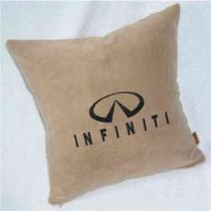 Бежевая подушка с черной вышивкой Infiniti