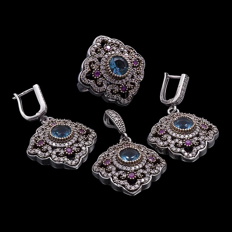 Комплект украшений с цирконами, голубыми сапфирами, рубинами
