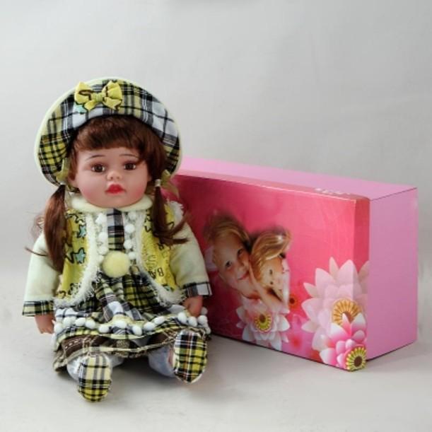 Декоративная виниловая кукла в зеленом клетчатом костюме