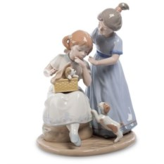 Фарфоровая фигурка Девочки с собачкой Pavone