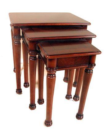 Набор из трех столиков