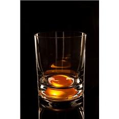 Оранжевый бокал для виски, загорающийся от прикосновения руки