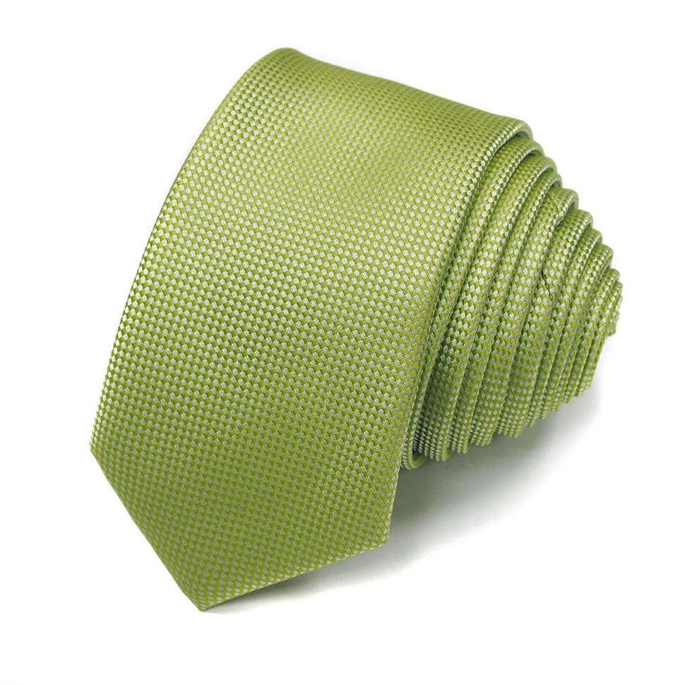 Красивый галстук в зеленых тонах