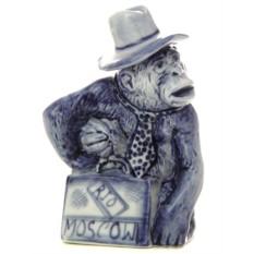 Статуэтка с гжельской росписью Обезьянка с чемоданом