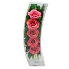 Цветы в стекле: композиция из алых натуральных роз.