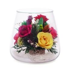 Цветы в стекле: Композиция из розовых, желтых и красных роз