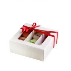 Набор из 9 макаронов с нанесениями в коробке