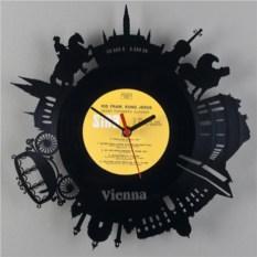 Часы из виниловой пластинки в виде города Вена