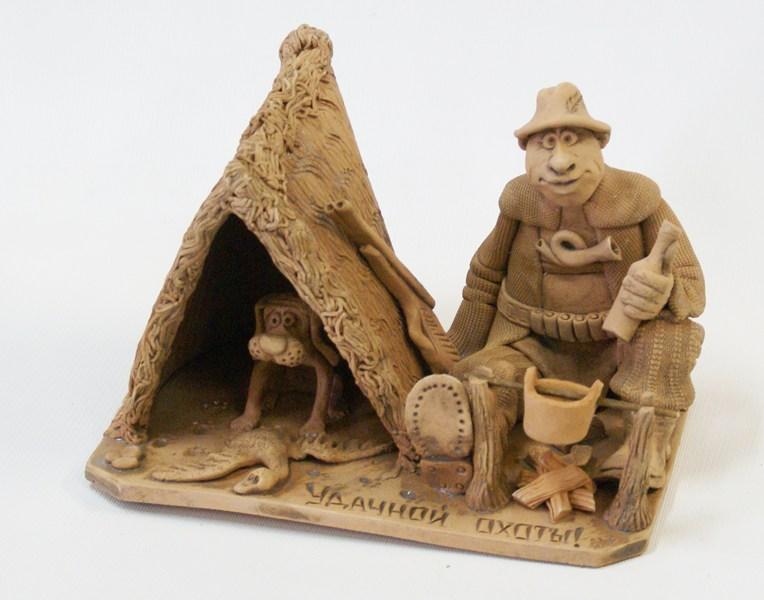 Глиняная композиция Охотник с собакой в палатке
