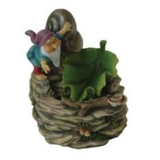 Фонтан Гном с темной улиточной раковиной и зеленым листом