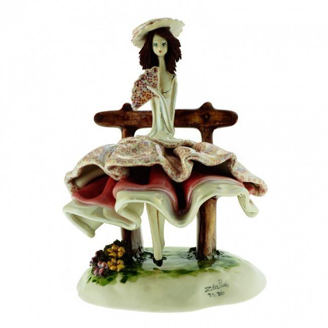 Фигурка из фарфора Леди в бордовом сидящая на скамейке