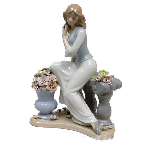 Фигурка Девушка в цветочном саду
