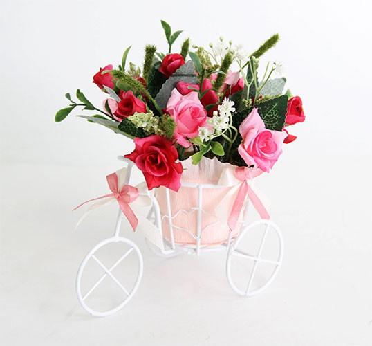 Цветочная композиция Розы розовые. Велосипед малый