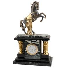 Кварцевые часы с колоннами Лошадка