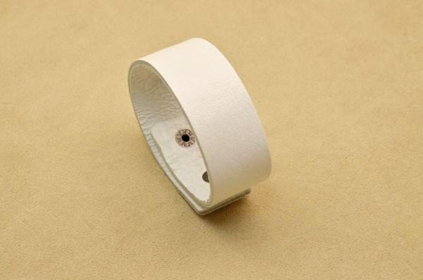 Узкий белый браслет
