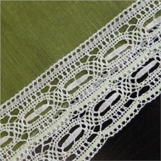Льняная квадратная скатерть (зеленая с белым кружевом)
