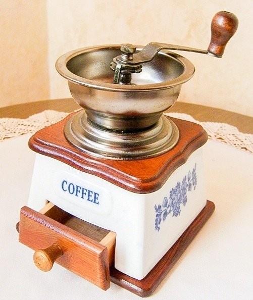 Винтажная ручная кофемолка