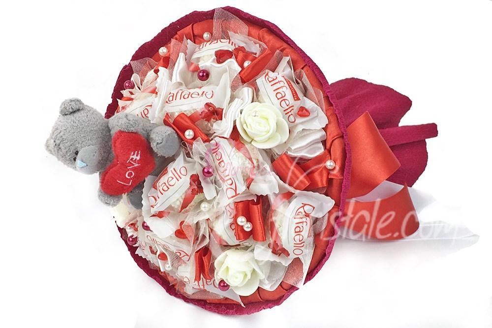 Букет из конфет Raffaello и мишки с сердцем