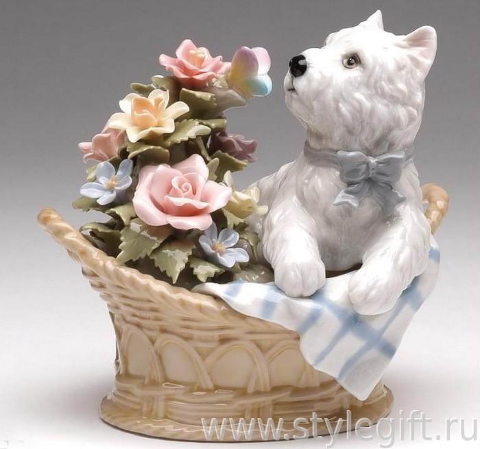 Музыкальная фарфоровая фигурка Терьер в корзинке с цветами