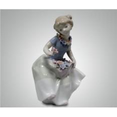 Статуэтка ''Девушка с цветком''