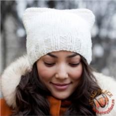 Белая шапка с кошачьими ушками