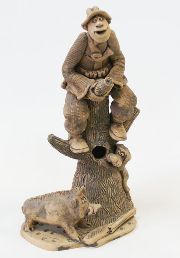 Дерево ключница Охотником прячущийся от кабана.