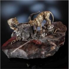 Скульптура Львы против крокодила