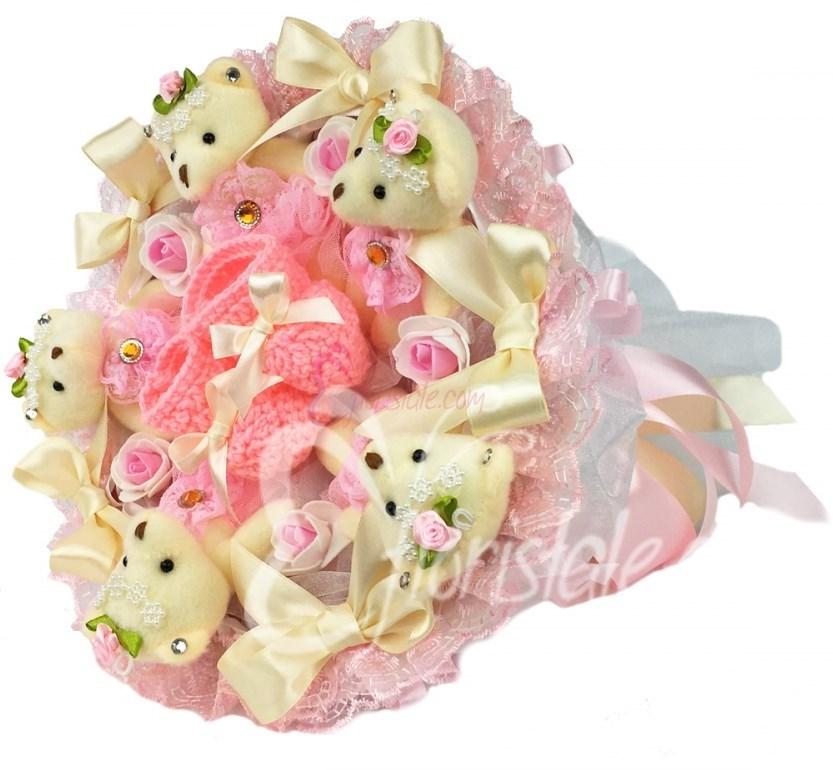 Розовый букет с мягкими игрушками на выписку с пинетками