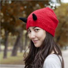 Вязаная шапка Чертик