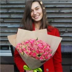 Букет из 51 розовой розы в крафте Кения