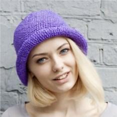 Фиолетовая летняя шляпа из рафии