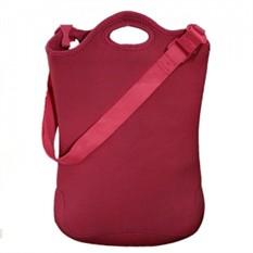 Удобная бордовая сумка для ноутбука или нетбука.