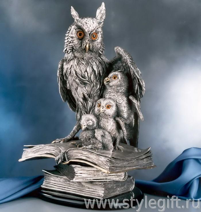 Скульптура Филин с птенцами на книгах