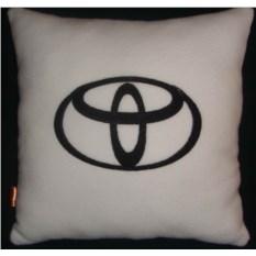 Белая с черной вышивкой подушка Toyota