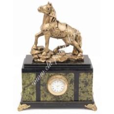 Часы из змеевика со статуэткой из мрамолита Конь