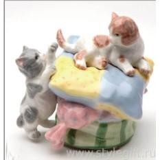 Фарфоровая фигурка Котята на подушке