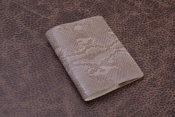 Обложка для паспорта из кожи Amelie (серый, ящер)
