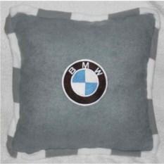 Серая подушка BMW с черно-белым кантом