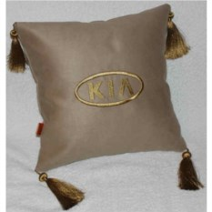 Бежевая подушка с золотыми кистями Kia