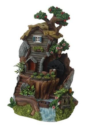 Высокий фонтан с фруктовым деревом и вьюнами Лесной домик