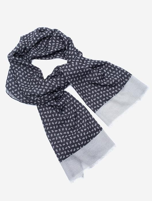 Серый шарф с узором пейсли