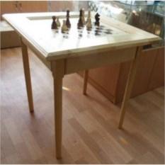 Сосновый шахматный стол с фигурами