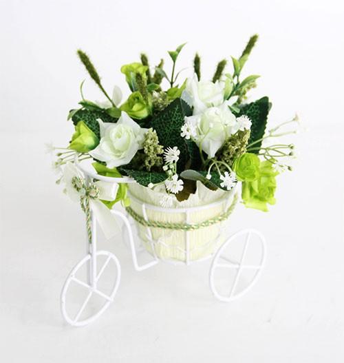 Цветочная композиция Розы бело-зеленые. Велосипед малый