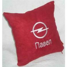Красная подушка с белой вышивкой Opel и надписью
